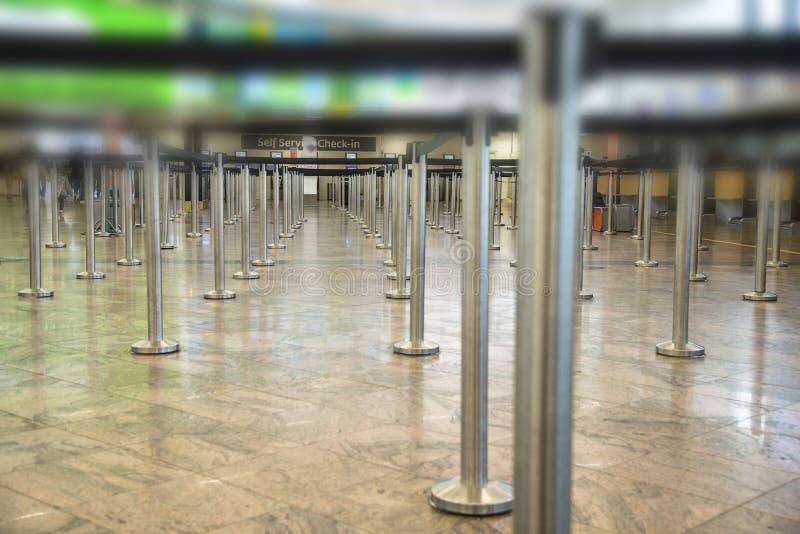 在机场或银行和安全岗位的等候行列乘客的登记 库存照片