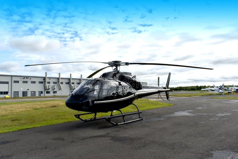 在机场的直升机 免版税库存照片