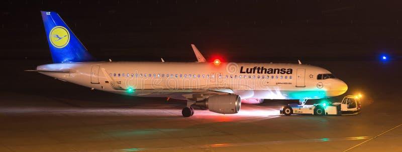 在机场科隆香水波恩德国的汉莎航空公司飞机在晚上 免版税图库摄影