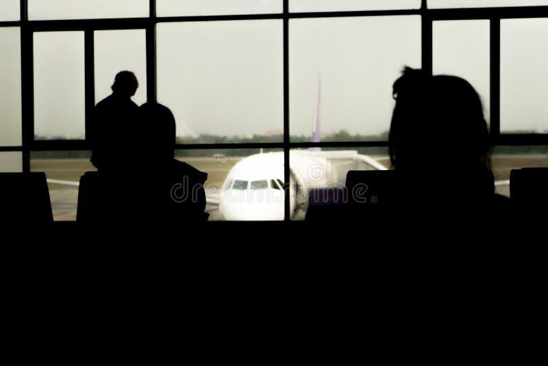 在机场等飞机的人 图库摄影