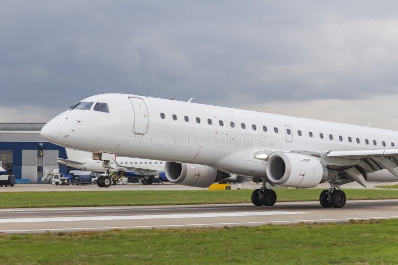 在机场跑道的商业喷气机飞机着陆 库存图片