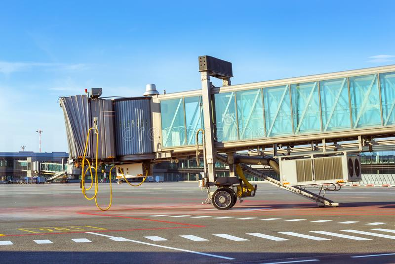 在机场跑道,里加,拉脱维亚的终端门 库存图片