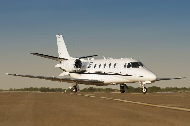 在机场逃亡的豪华私人企业喷气机 库存照片