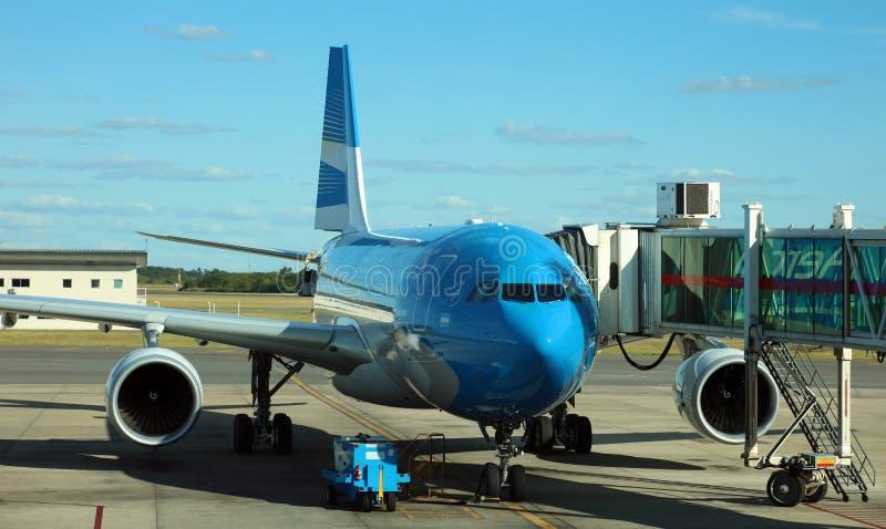 在机场门的Aerolineas Argentinas飞机准备好上和离开 免版税库存图片