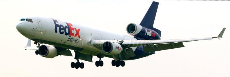 在机场附近的联邦快递公司飞机 库存照片