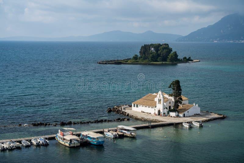 在机场附近的Vlacherna修道院在科孚岛海岛上  库存图片