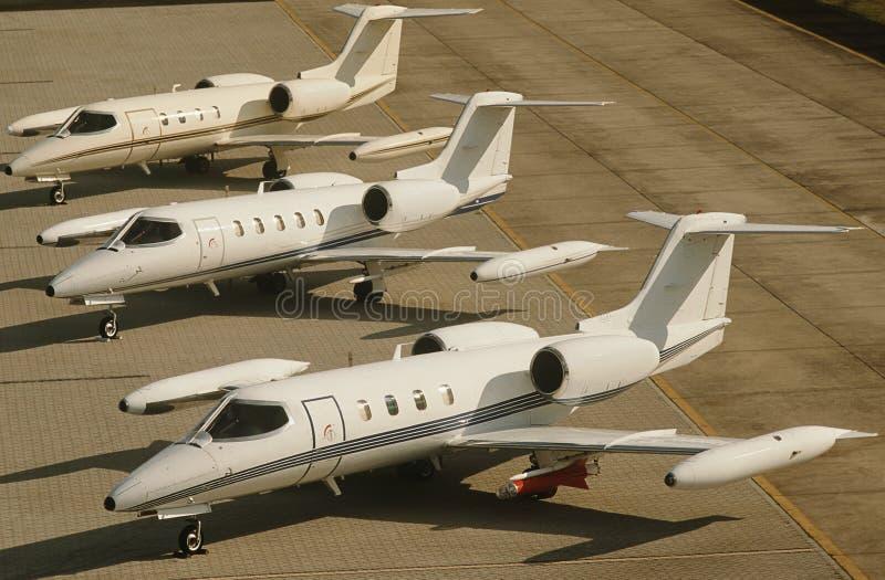 在机场高的视图的三个喷气机平原 免版税库存照片