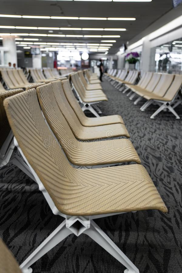 在机场/等待的休息室机场/人为藤条材料/旅行乘客概念的空的人为藤条seater 免版税库存图片