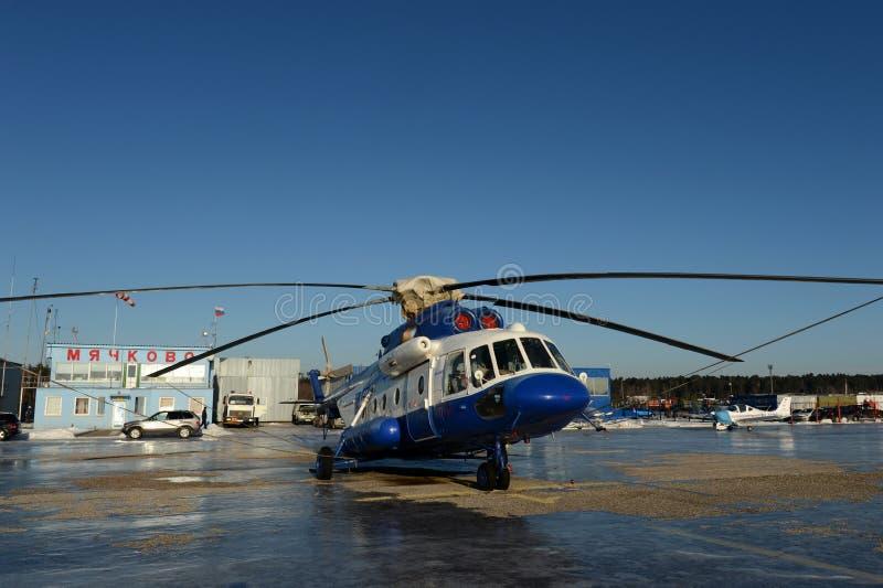 在机场Myachkovo的警察用直升机MI-8AMT 库存图片