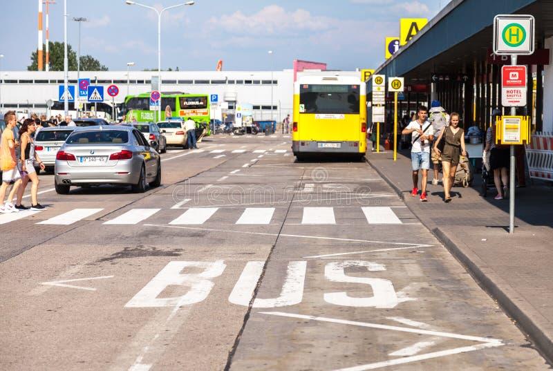 在机场schoenefeld的公车专道 库存图片