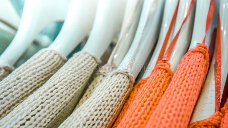 在机架的不同的五颜六色的衣裳 免版税图库摄影