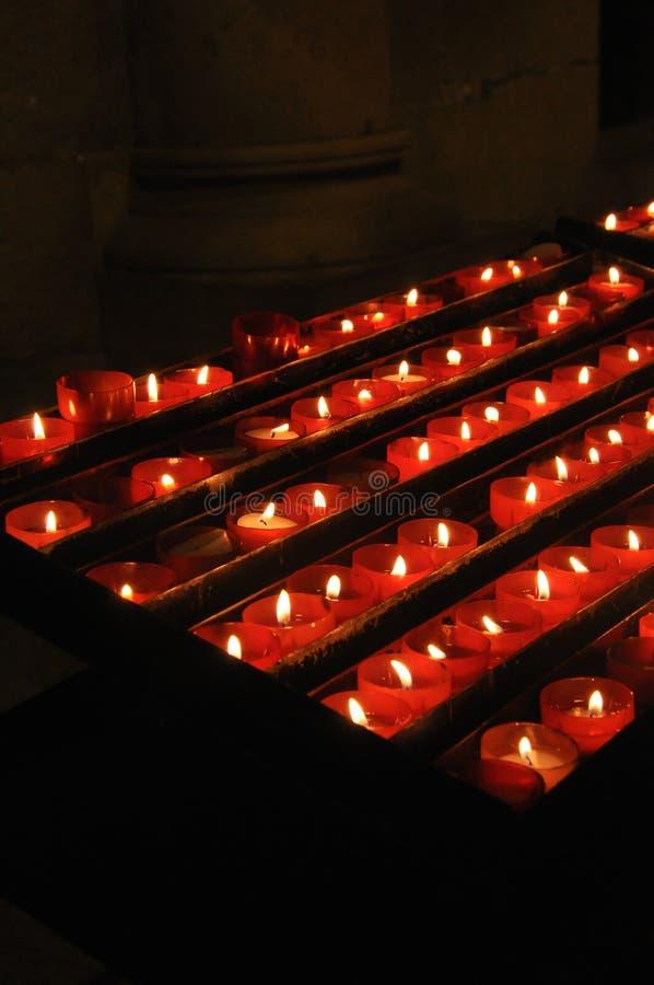 在机架的奉献的蜡烛在教会里 库存照片