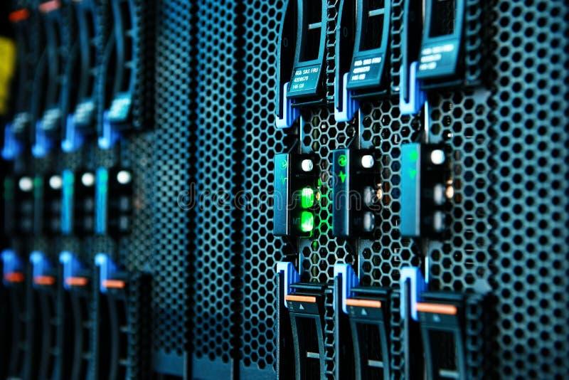 在机架的网络服务系统登上在数据屋子里 库存图片