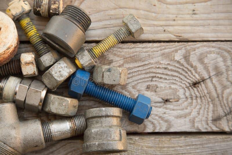 在机械的老机器零件在木背景、产业背景与机器的损坏的零件和空的区域购物 免版税库存图片