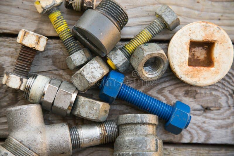 在机械的老机器零件在木背景、产业背景与机器的损坏的零件和空的区域购物 免版税库存照片