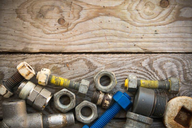 在机械的老机器零件在木背景、产业背景与机器的损坏的零件和空的区域购物 库存图片