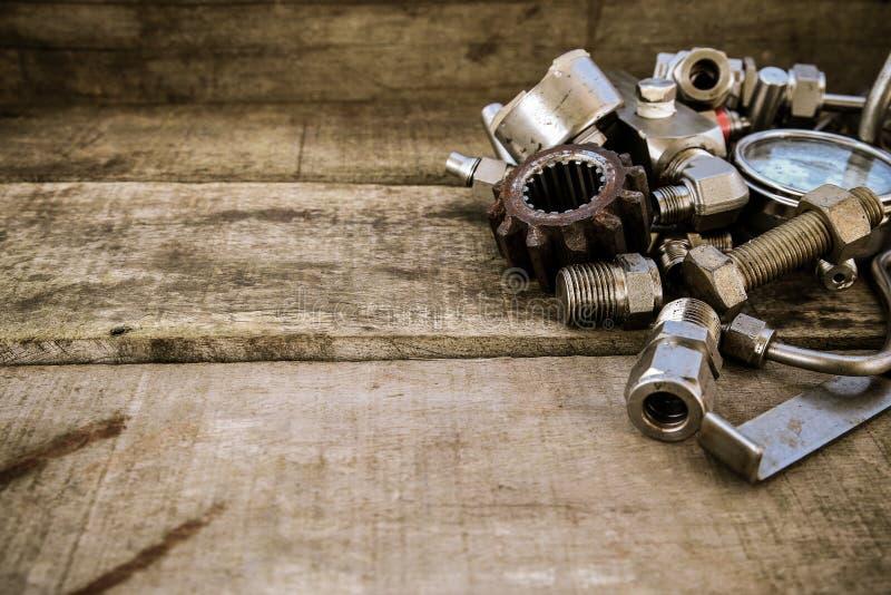在机械的老机器零件在木背景购物 有葡萄酒图片样式的老机器 库存照片
