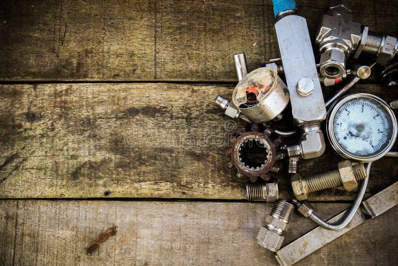 在机械的老机器零件在木背景购物 有葡萄酒图片样式的老机器 免版税库存图片