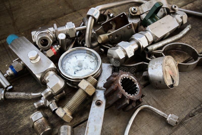 在机械的老机器零件在木背景购物 库存照片