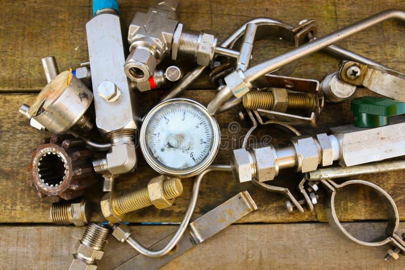 在机械的老机器零件在木背景购物 图库摄影