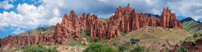 在机组山高原的红色岩石 卡扎克斯坦 免版税图库摄影
