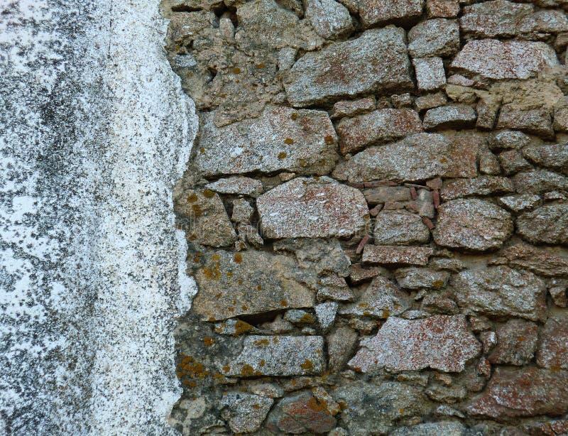 在朽烂纹理,背景的老和损坏的石墙 免版税库存照片