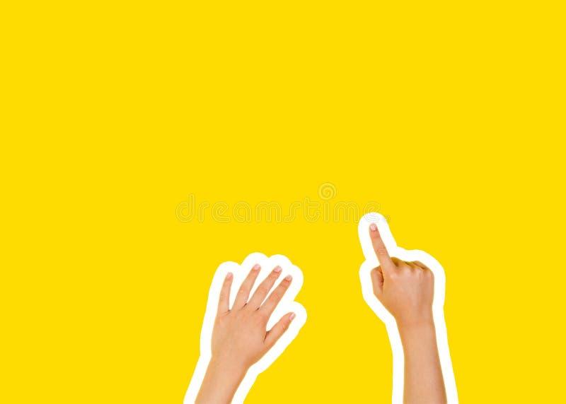 在杂志样式和流行艺术样式的拼贴画 指向在黄色背景的手一个手指 库存照片