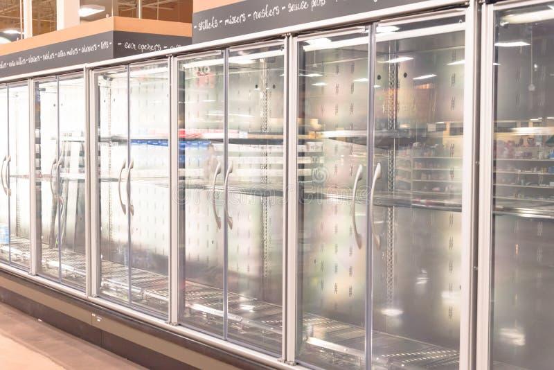 在杂货店倒空商业冰箱在美国 免版税库存图片