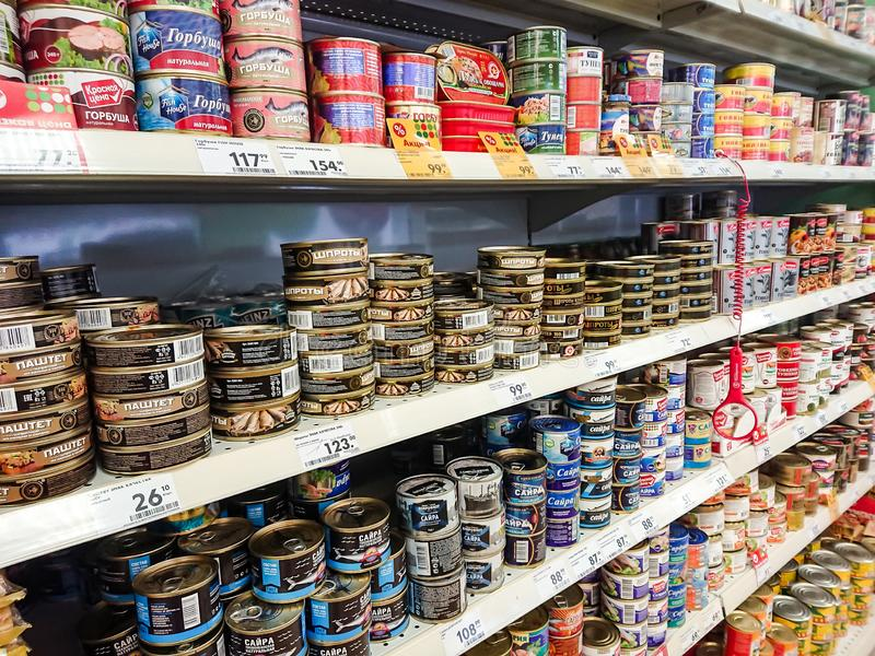 在杂货店的架子的物品 罐装鱼 免版税库存照片