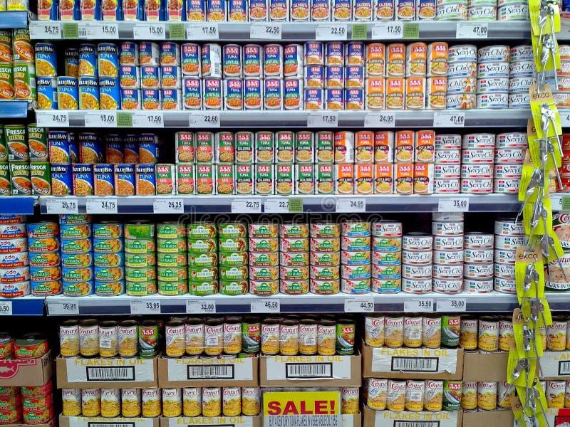 在杂货店卖的罐装鱼 免版税库存图片