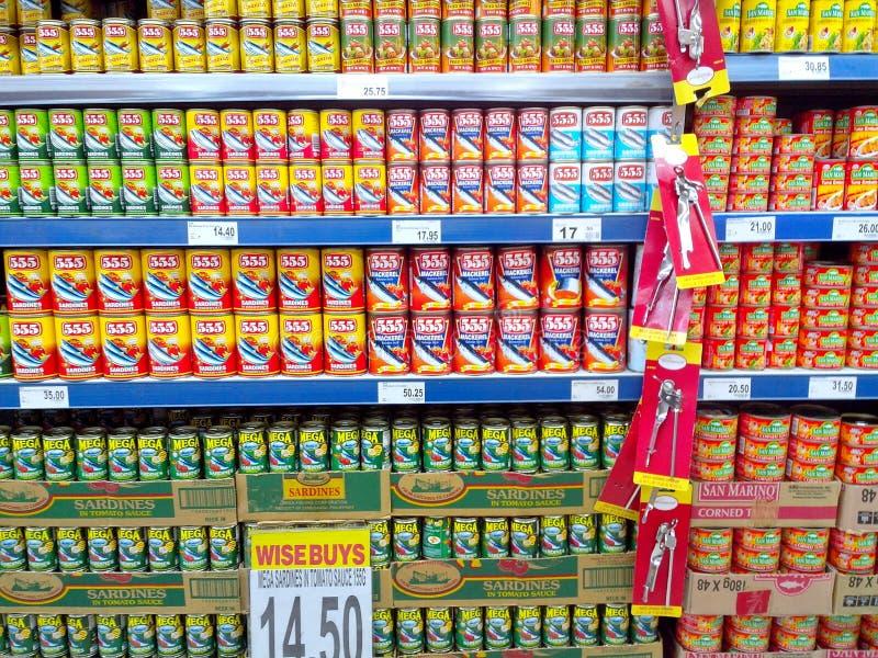 在杂货店卖的罐装鱼 库存照片