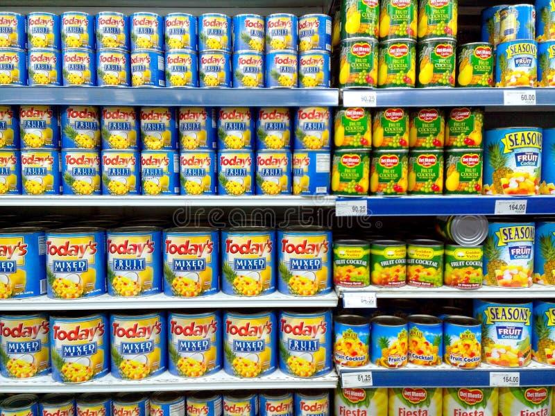 在杂货店卖的水果罐头 库存照片