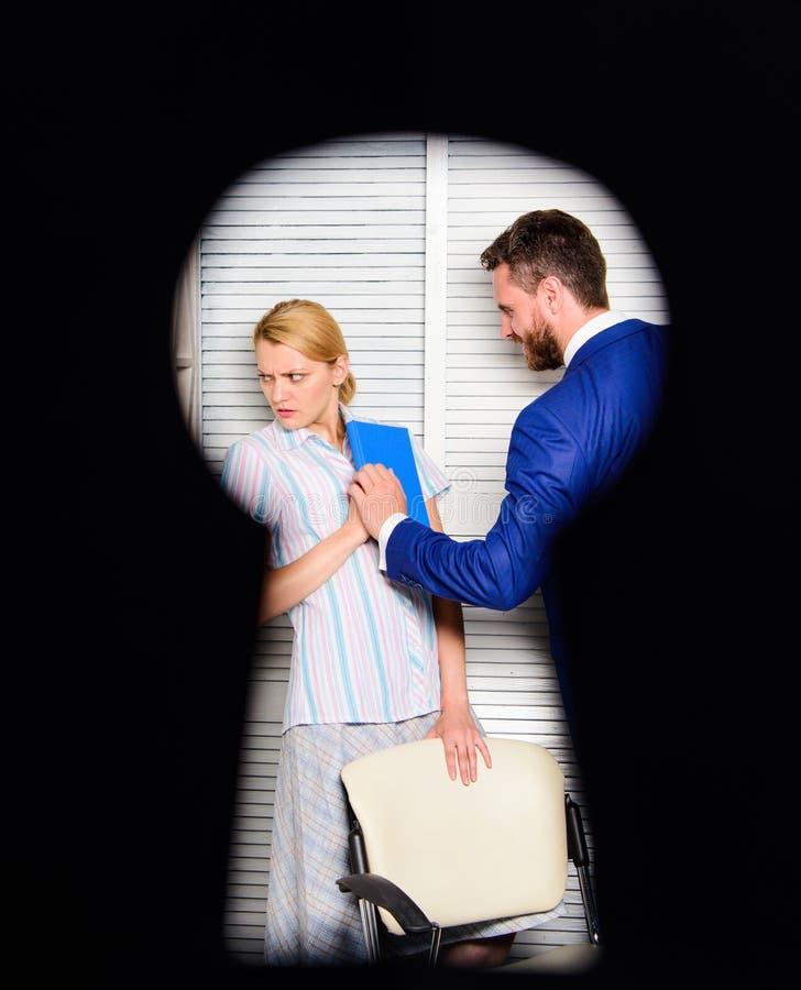 在权利侵害怀疑的工作者夫人 上司积极威胁 罪行的证人在办公室 如果您是证人 免版税图库摄影