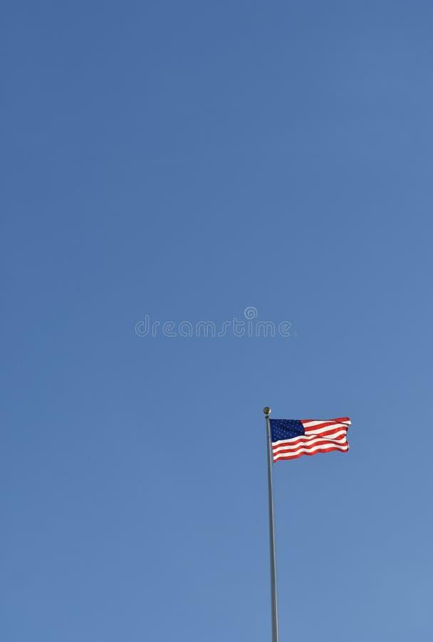 在杆的美国国旗在美国资本大厦上 免版税库存图片