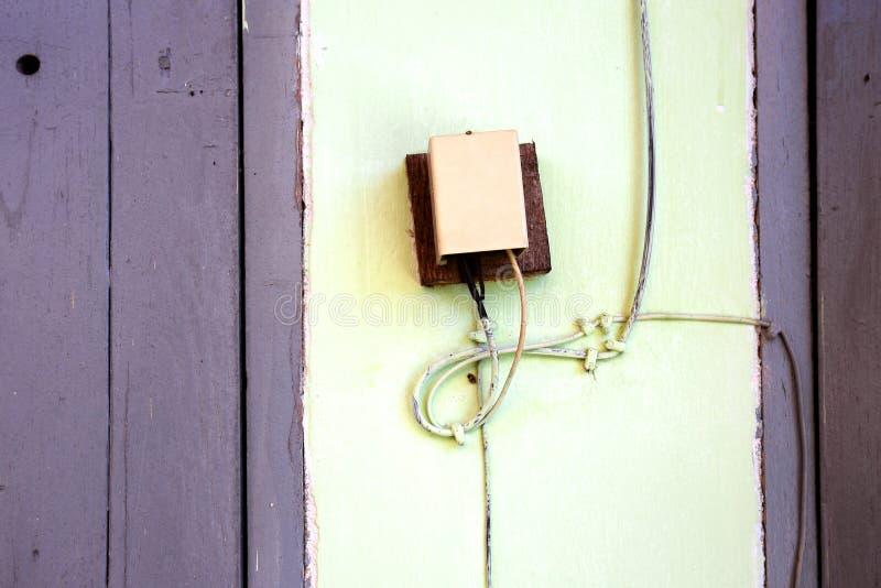 在杆的老住宅电话线箱子 免版税库存照片