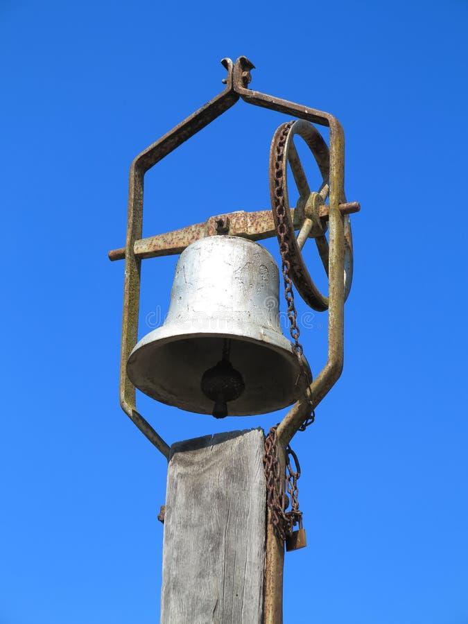 在杆的老响铃 免版税库存图片