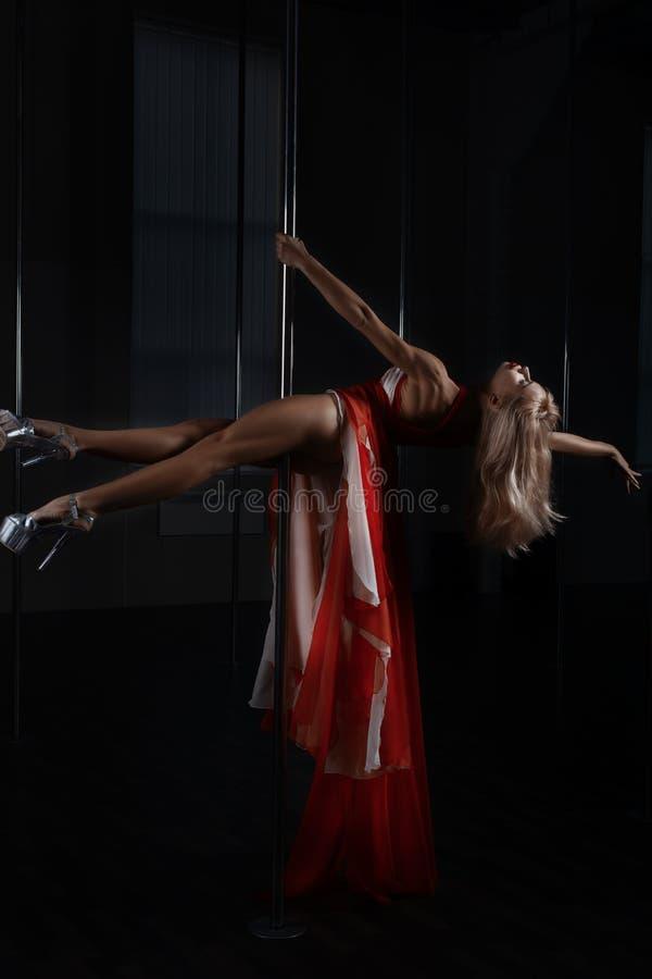 在杆舞池上的女孩跳舞 免版税库存图片