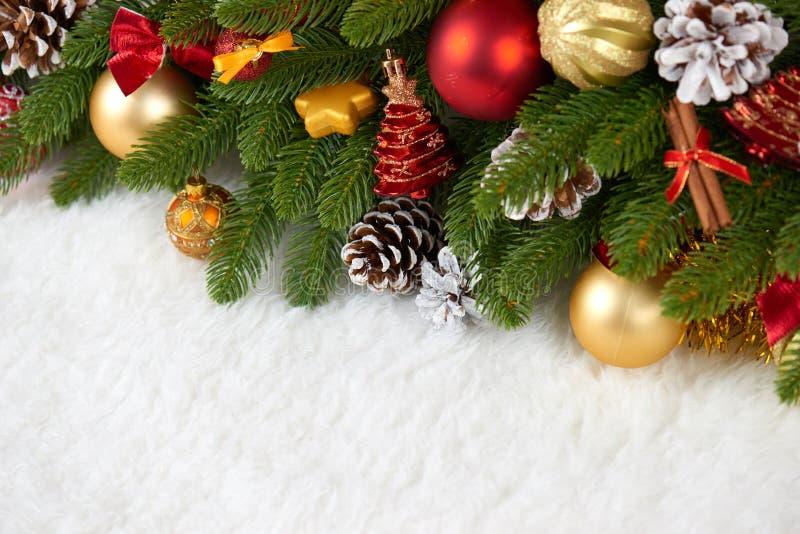 在杉树分支特写镜头、礼物、xmas球、锥体和其他对象在白色空白毛皮,假日概念的圣诞节装饰 库存图片