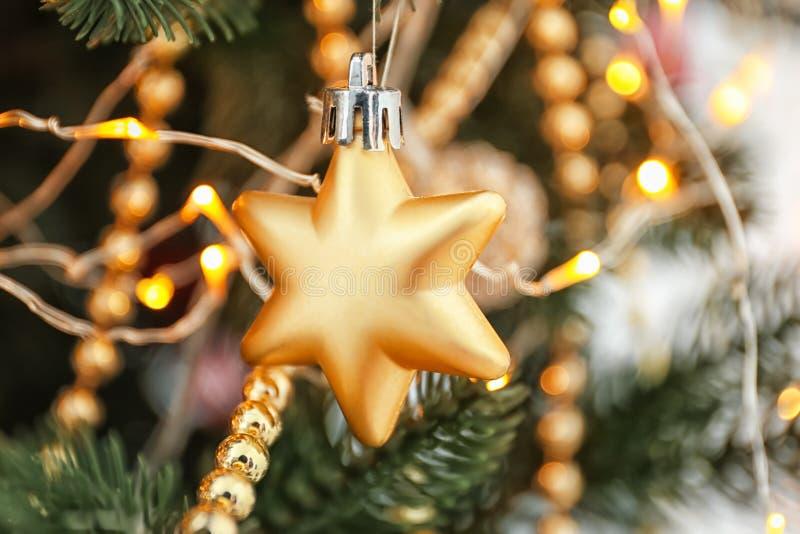 在杉树,特写镜头的圣诞装饰和发光光 库存图片