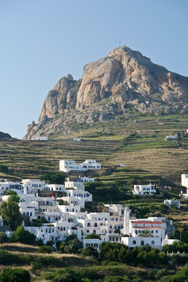 在村庄之下的峭壁海岛 免版税图库摄影
