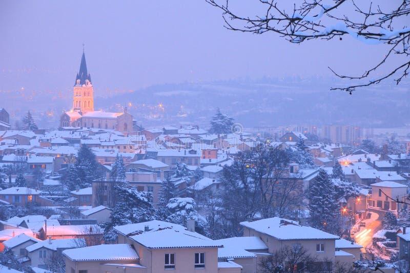 在村庄之下的雪 免版税库存图片