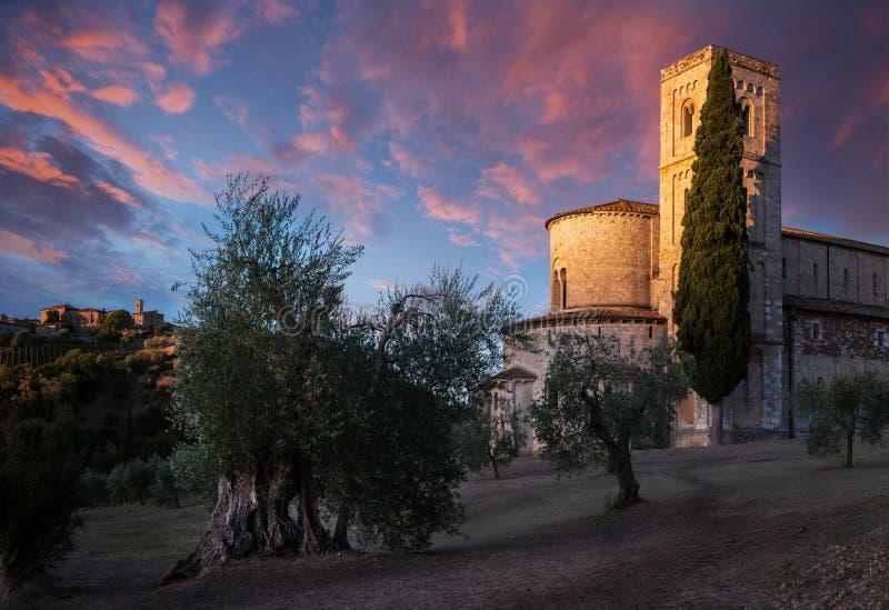 在村庄和修道院之间的惊人的日出 免版税库存图片