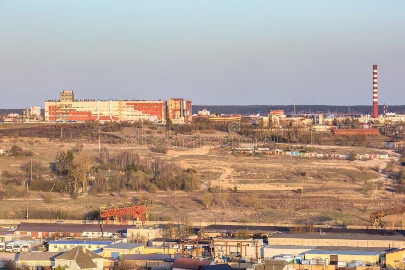在村庄大厦区域都市发展小区的全景在从概略的看法的晚上 免版税库存图片