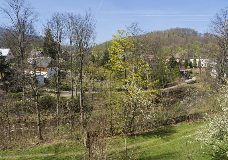 在村庄海尼采有村庄的和小河的看法在春天,海尼采,伊泽拉河山,捷克 免版税库存图片