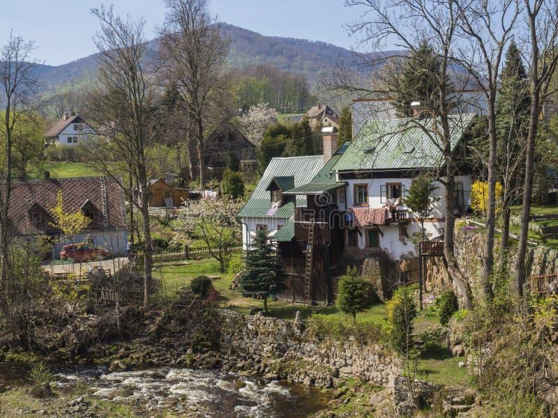 在村庄海尼采有村庄的和小河的看法在春天,海尼采,伊泽拉河山,捷克 免版税库存照片