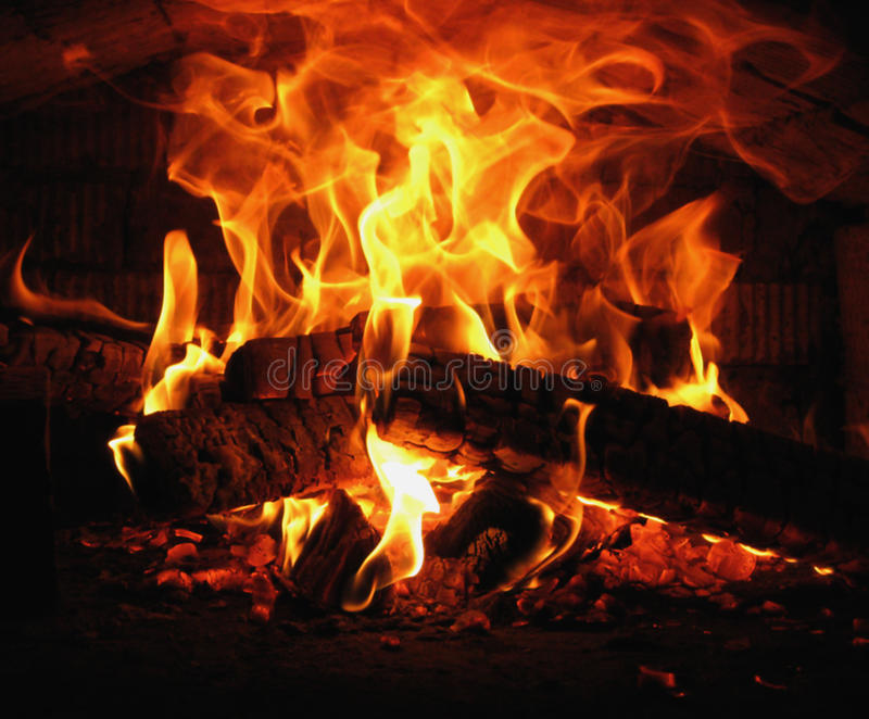 在村庄烤箱的灼烧的木头 免版税库存照片