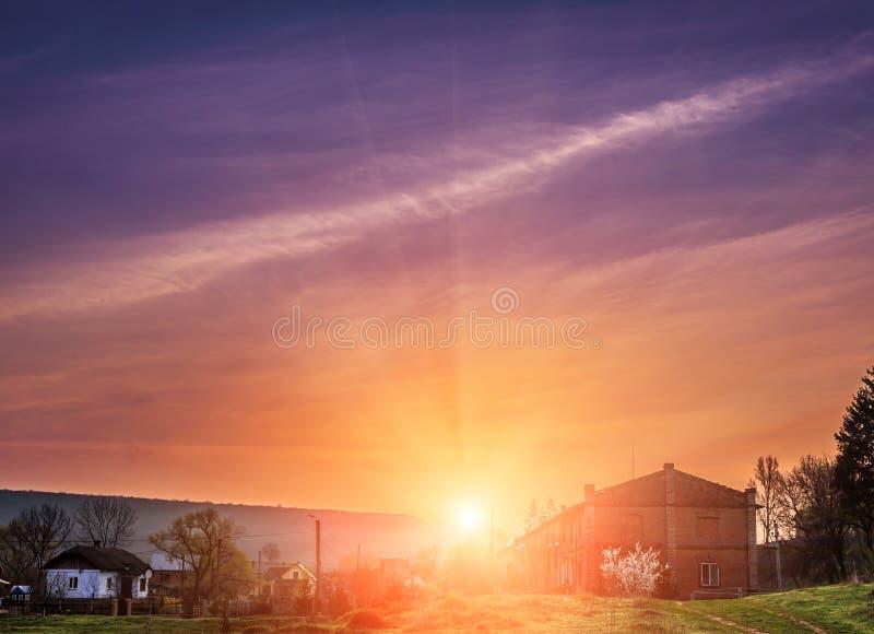 在村庄的意想不到的五颜六色的日出 五颜六色的天空 秀丽在世界上 库存图片