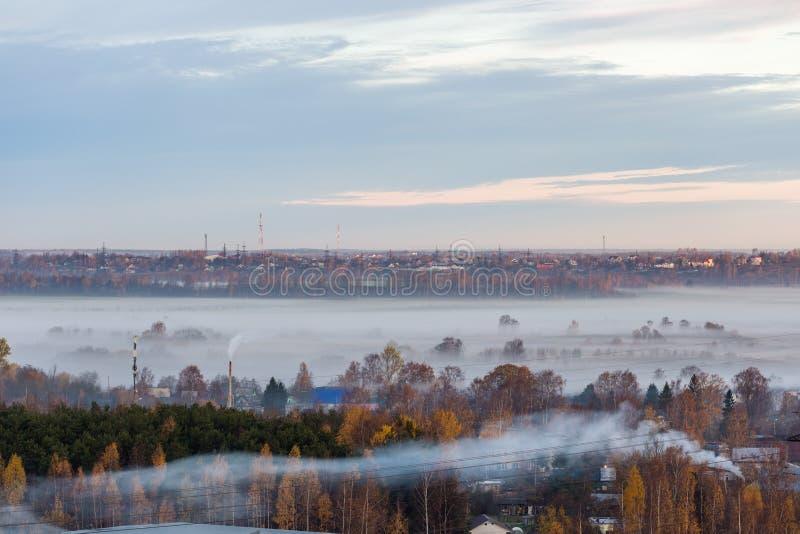 在村庄的早晨薄雾 免版税图库摄影