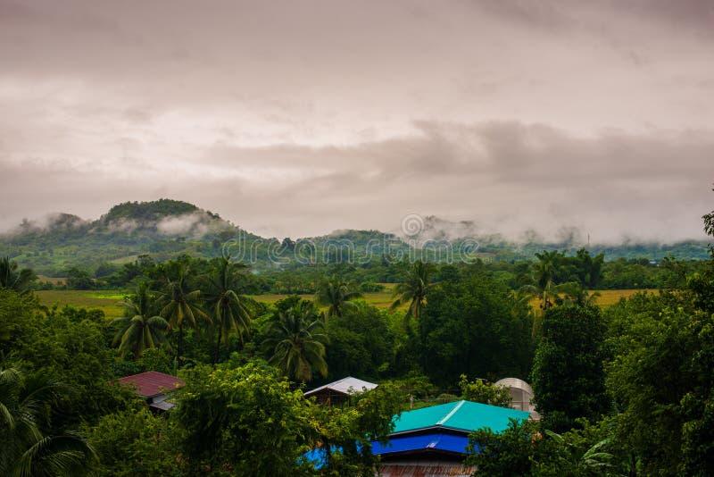 在村庄附近形成的雨云 免版税库存照片