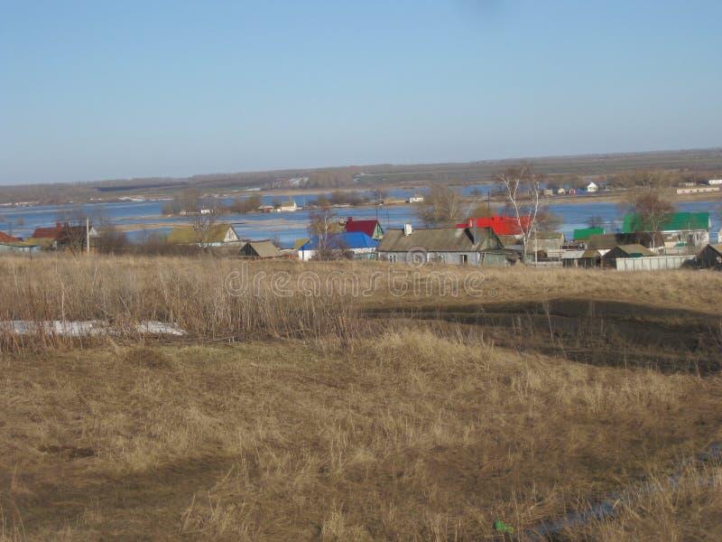 在村庄附近由于春天洪水溢出的河 免版税库存图片
